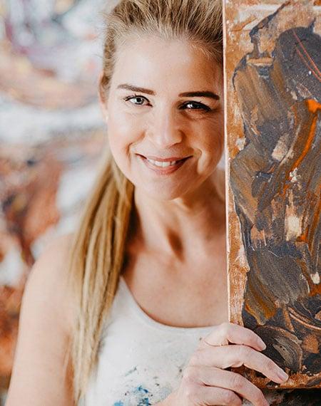 Katja Freimuth Künstlerin mit Kunstwerk